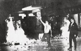 Μασκοφόρος διαδηλωτής στα «Ιουλιανά» (20.8.1965).