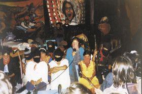 Κουκουλοφόρες γυναίκες Ζαπατίστας σε συνέντευξη τύπου κατά την Πρώτη Διηπειρωτική Συνάντηση ενάντια στο νεοφιλελευθερισμό (Λα Ρεαλιδάδ 1.8.1996) μιλούν στα διεθνή ΜΜΕ.
